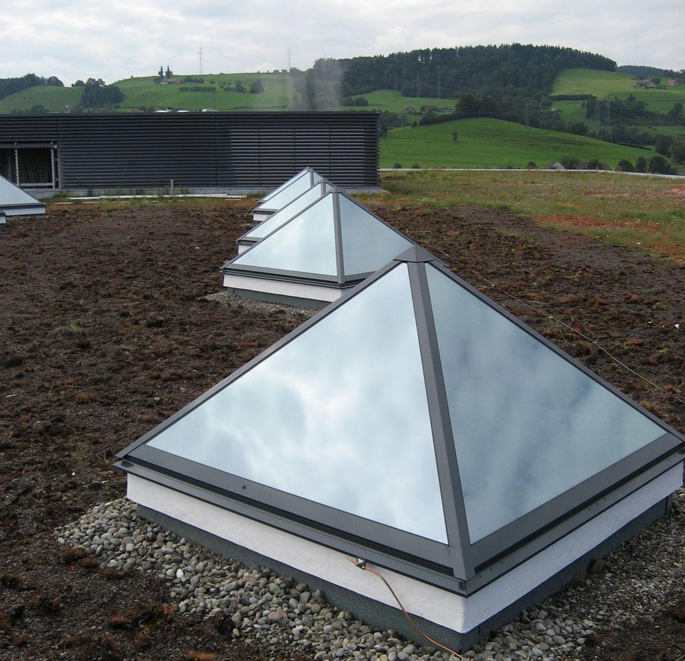 Lucernario in vetro a piramide antisfondamento a taglio for Finestra lucernario