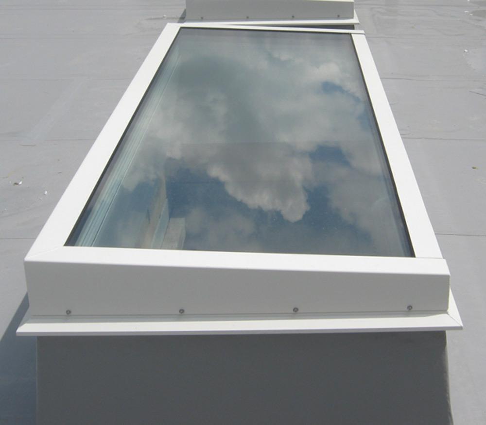 Lucernari in vetro apribili con copertura piana for Misure lucernari per tetti